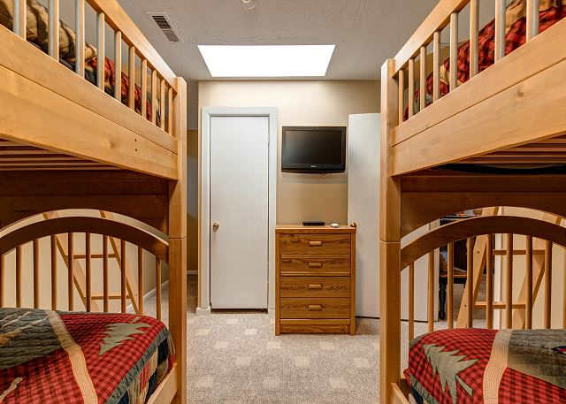 Bunk Room: TWO Twin over Twin Bunks and a TV
