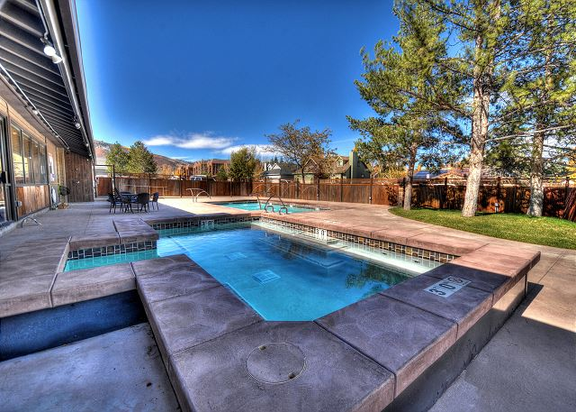 Prospector Condo Large Hot Tub (open all year)