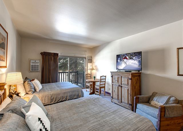 """Downtown Studio with 2 Queen Beds, 50"""" Smart TV with Built in Roku, Dining Area, Full Kitchen and Full Bathroom"""