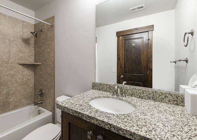 Upstairs King En Suite Bathroom