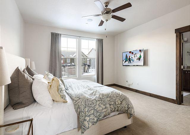 Master Bedroom with En Suite Bathroom, TV and Walk-in Closet with Crib