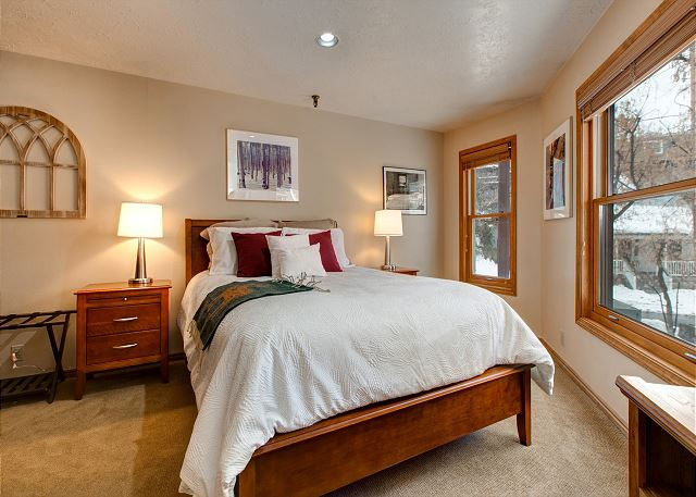 Master Bedroom - Queen-sized bed, HD TV, en suite bathroom