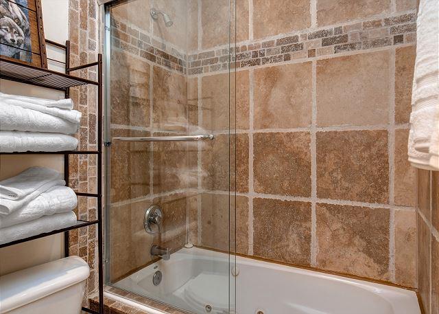 2nd Bedroom En Suite Bathroom with Tub/Shower Combo
