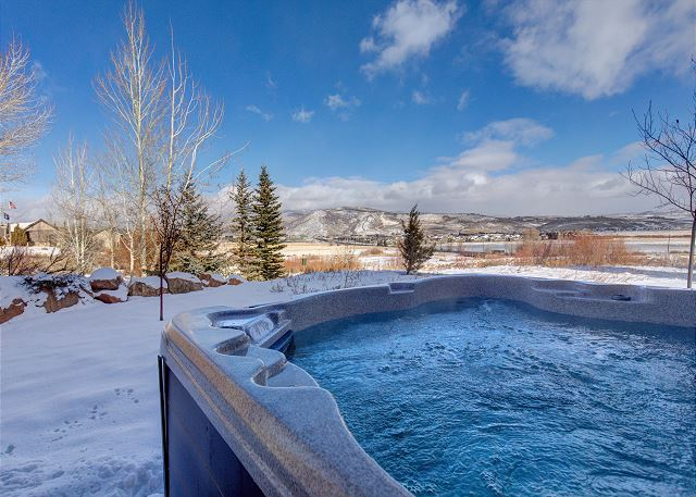 Private hot tub with amazing mountain views!