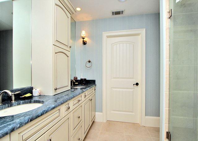 707 Schooner Court - 3rd Floor Master Suite Bathroom - HiltonHeadRentals.com