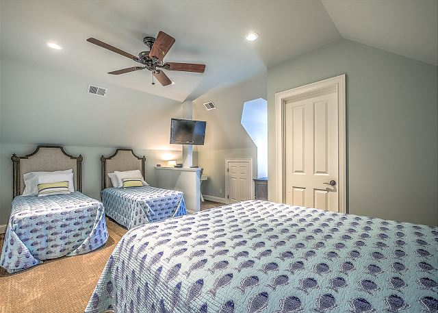 Guest Suite - 2 Twins, 1 Queen - Sleeps 4