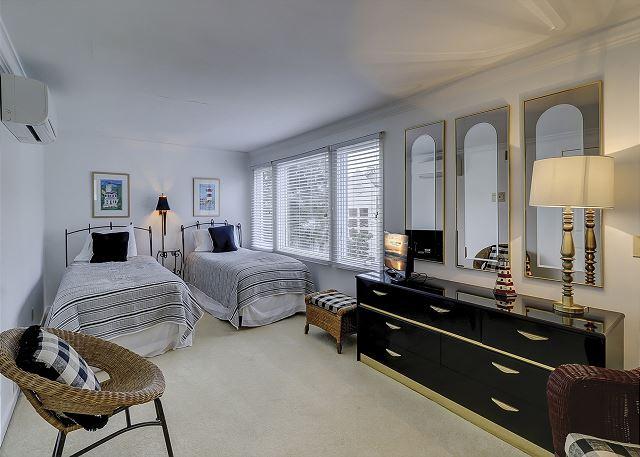 3rd Floor Loft/Guest Bedroom - 2 Twins
