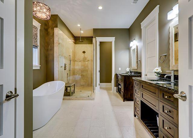 1st Floor King Master Suite Full Bathroom