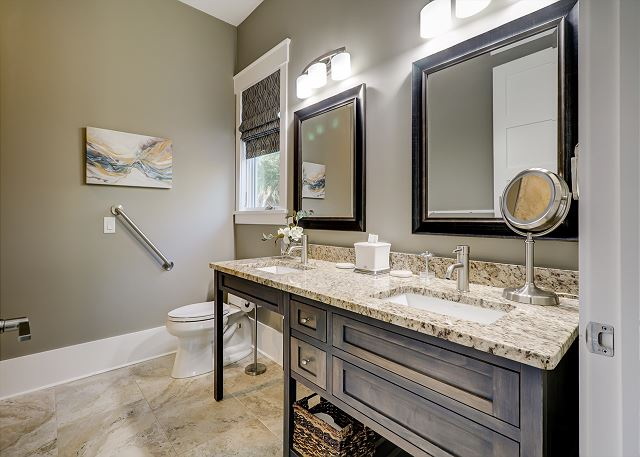 1st Floor King Suite Handicapped Accessible Full Bathroom