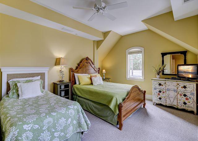 3rd Floor Guest Suite - 1 Queen & 1 Twin