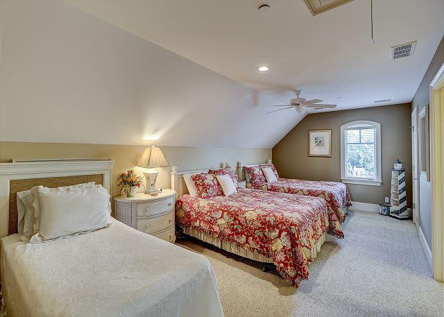 3rd Floor Guest Suite - 2Queens & 1 Twin