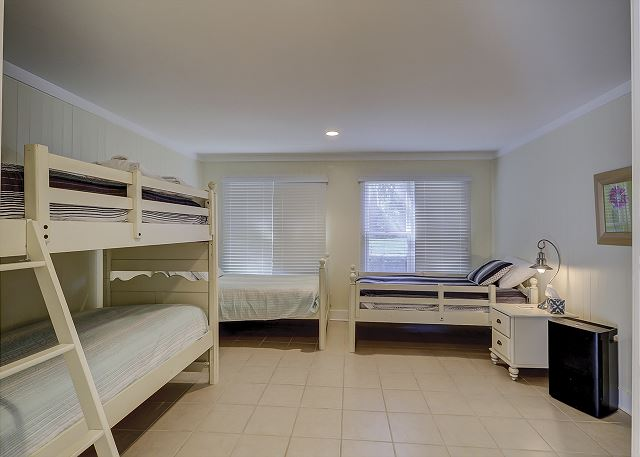 Lower Level Guest Bedroom - 4 Twins