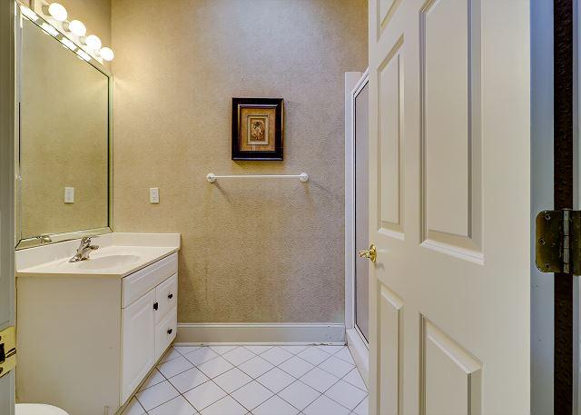 3rd Floor Queen Suite Full Bathroom