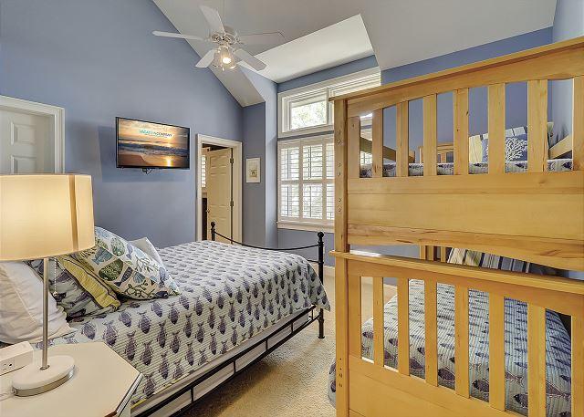 Guest Suite - 1 Queen and 2 Twin Bunks - Sleeps 4