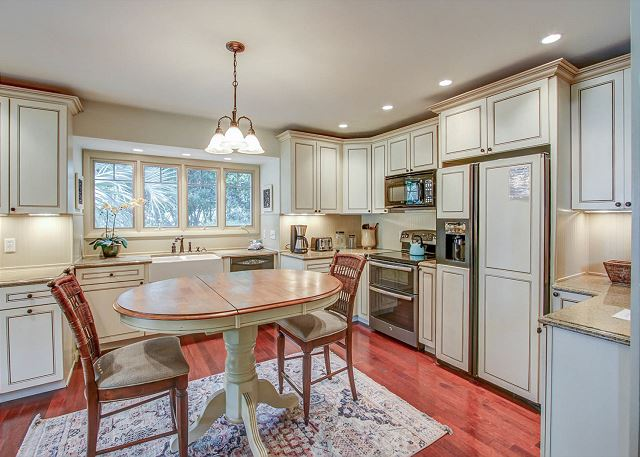 Kitchen w/ Breakfast Area