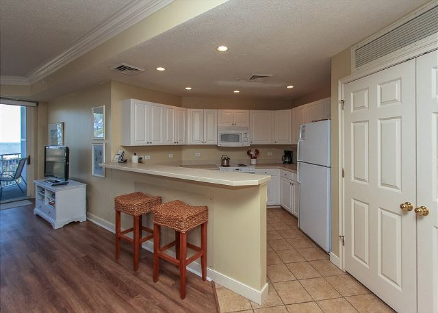 Kitchen w/ Breakfast Bar
