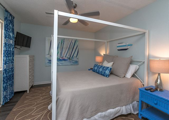 8 Osprey - 1st Floor Queen Bedroom - HiltonHeadRentals.com