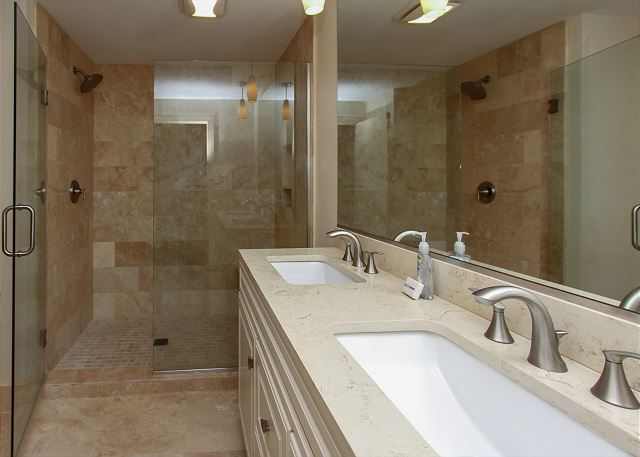 3 Scaup Court - King Suite Full Bathroom - HiltonHeadRentals.com