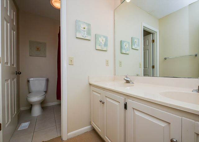 1st Floor King Suite Full Bathroom