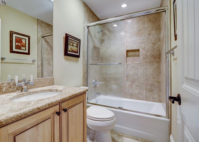 Queen Suite Full Bathroom