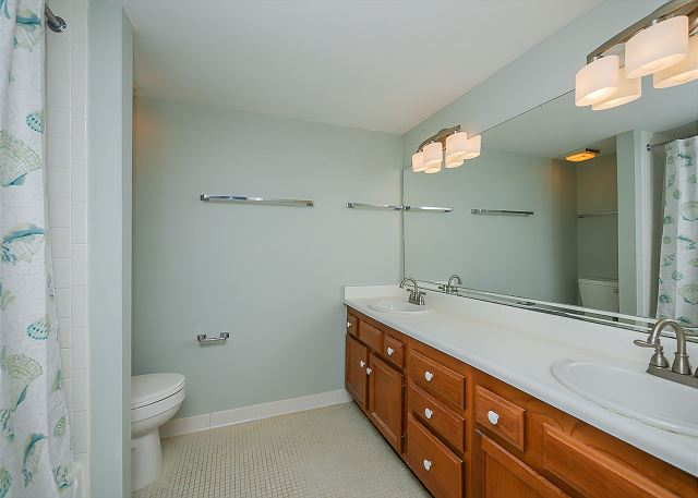 1832 Beachside Tennis - Guest Suite Full Bathroom - HiltonHeadRentals.com