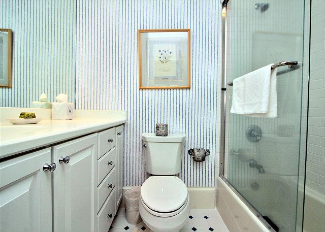 707 Schooner Court - 2nd Floor King Suite Bathroom - HiltonHeadRentals.com