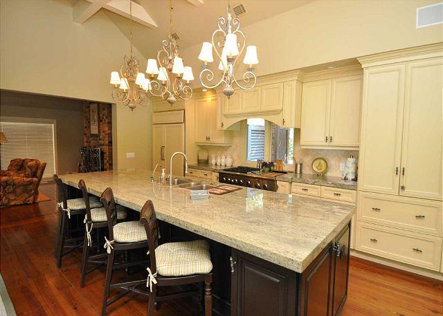 Kitchen w/ Breakfast Bar - Seats 4