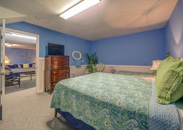 Lower Level Guest Bedroom - 1 Queen & 1 Twin
