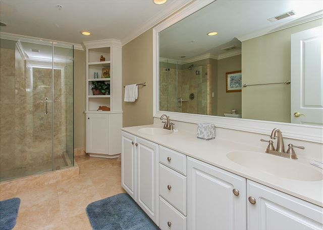 King Suite Full Bathroom