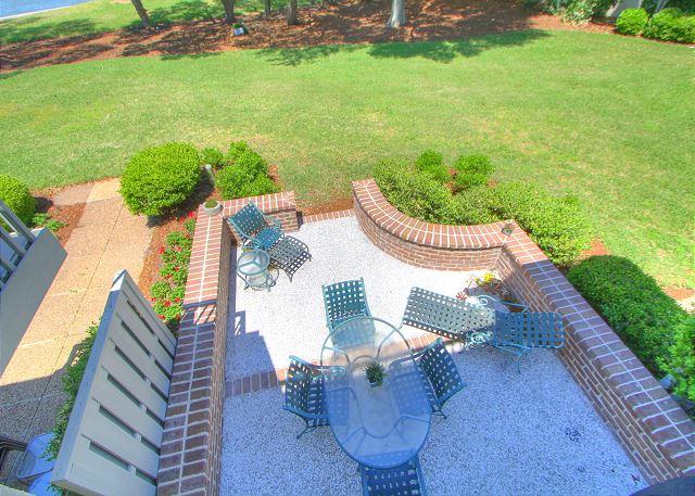 707 Schooner Court - Patio w. Loungers - HiltonHeadRentals.com