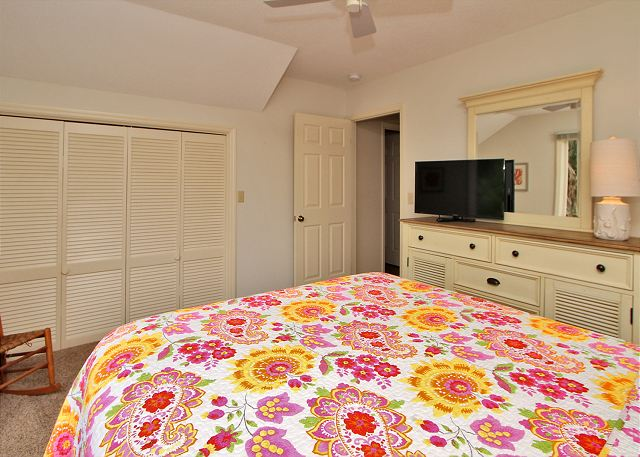 2nd Floor Queen Bedroom w/ Flat Panel TV