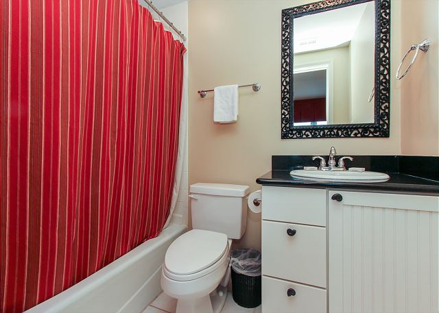 Queen Suite Full Bathroom