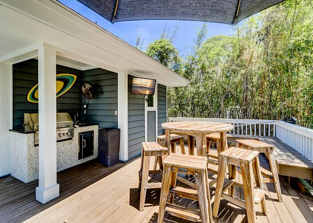 Outdoor Grill & Dining Area
