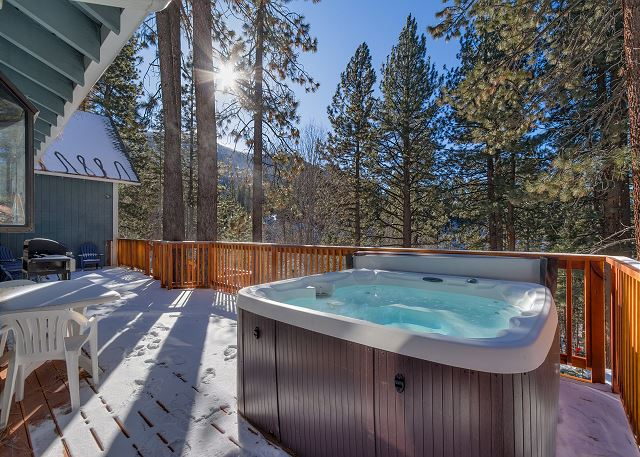 Spacious Mountain Cabin, Large deck with BBQ & Hot Tub (SL161)