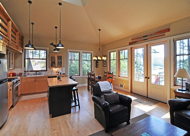 Orcas island vacation home near eastsound 281 for Open floor plans with vaulted ceilings