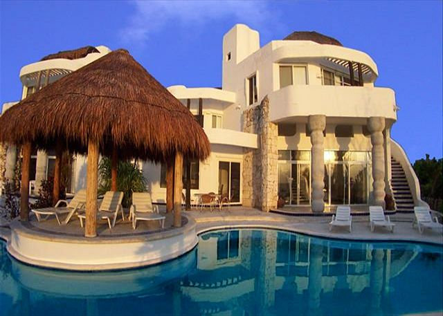Oceanfront 5BR/5.5BA Residence with freshwater pool near major dive reefs